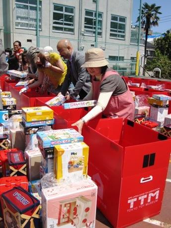 東京おもちゃ美術館で行われた被災地の子どもたちへ向けた「おもちゃセット」の準備会の様子