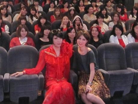 映画「赤ずきん」の公開記念イベントに登場したブルボンヌさんと月本えりさん
