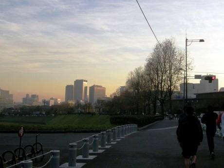 ランナーが絶えない皇居周辺で「2012年 初日の出ラン」が開催される