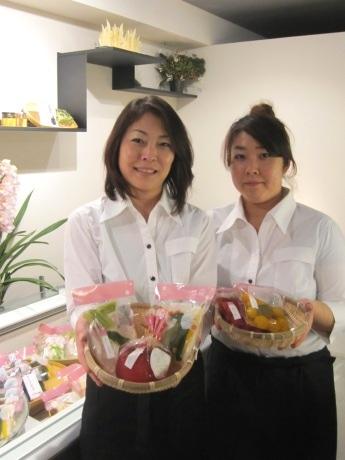 「香の庵」店長の落合泰子さん(左)と研究開発室の小嶋裕子さん