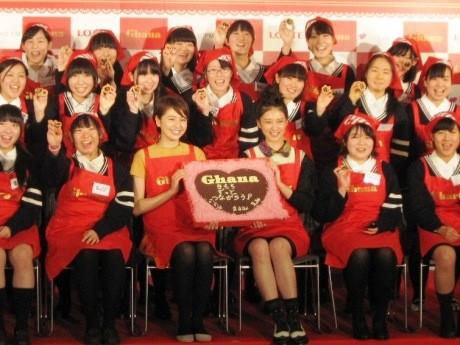 東京家政学院高校で行われた手作りバレンタイン教室にサプライズゲストとして長澤まさみさんと武井咲さんが登場