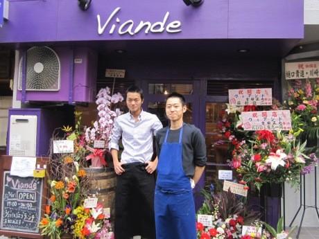 神楽坂にオープンしたワインバル「Viande」店主の吉田正也さん(右)とマネジャーの兵庫直樹さん