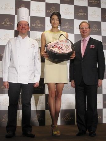 写真右からジェローム・シュシャンゴディバ ジャパン社長、冨永愛さん、シェフ・ショコラティエのヤニック・シュヴォローさん