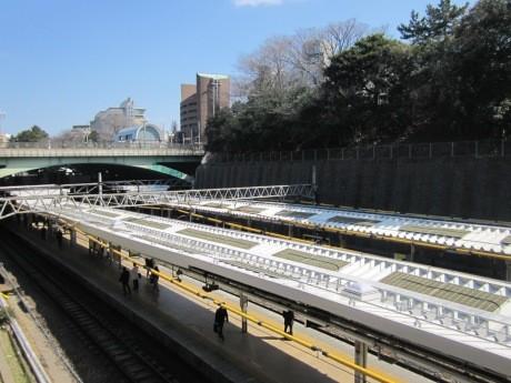 「エコステ」モデル駅第1号として本格稼働を始めたJR四ツ谷駅(画像=コケによってホーム上家の温度上昇を抑制するホーム上家緑化の様子)