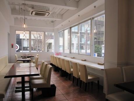 白色を基調とした清潔感のある「ボン・グゥ 神楽坂」店内