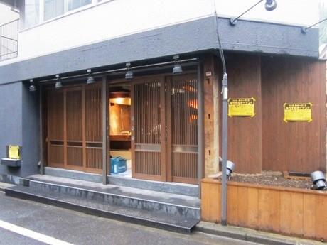 東京大神宮裏手にオープンする広島風お好み焼き店「もみじ屋」外観