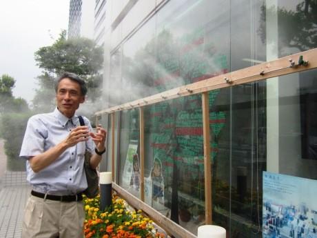 ドライミスト装置が設置された東京理科大学入試センター前で装置について説明する辻本誠教授