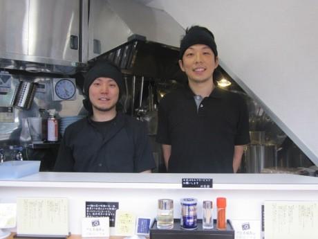 塩つけ麺の店「灯花」をオープンした店主の川瀬裕也さん(右)