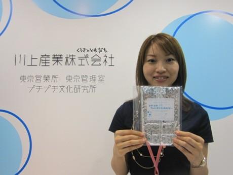 無料配布する「プチプチエコペットボトルホルダー」を手にする同社常務取締役でプチプチ文化研究所所長の杉山彩香さん