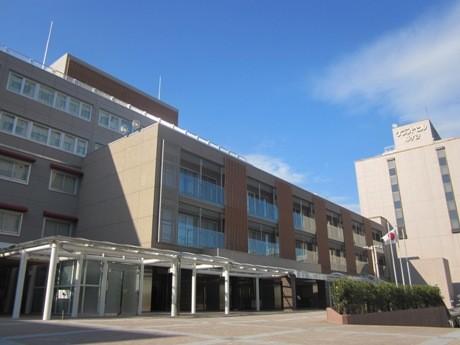 リニューアルオープンしたホテルグランドヒル市ヶ谷西館(右は東館)