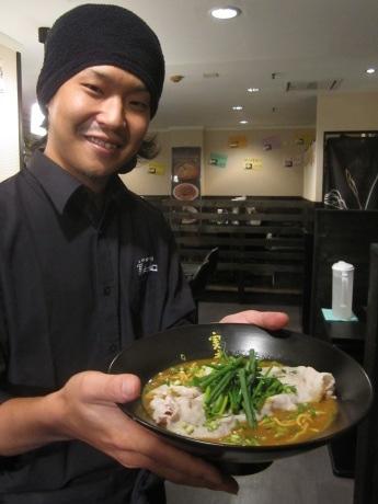 市ケ谷にオープンした「かれー麺 実之和」の山口嘉太店長
