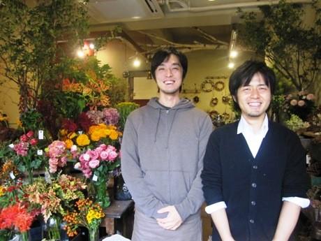 フローリストの青江健一さん(右)とフローリスト兼パティシエの加藤孝直さん