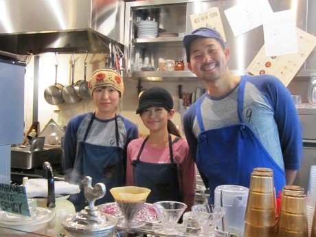 靖国神社近くにオープンした「チリパーラー 9」小林優太店長とスタッフの皆さん