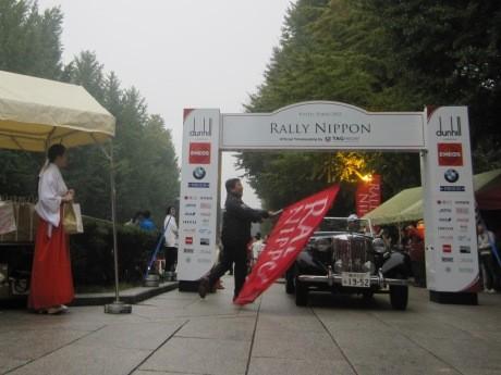 「RALLY NIPPON 2012」に参加したクラシックカーが靖国神社にゴールした
