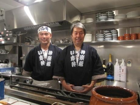 二代目の石井宏治社長(右)と三代目の石井宏芳さん