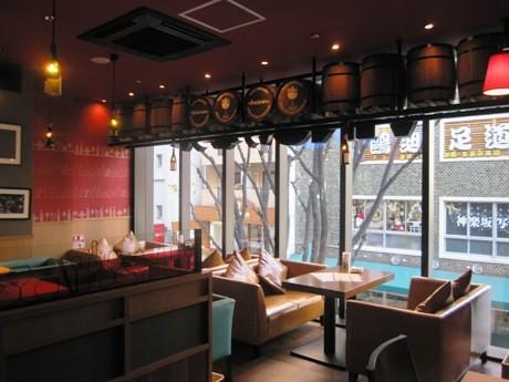 PORTA神楽坂2階にワイン&韓国バール「VINOけなりぃ」がオープン(画像=神楽坂通りを見下ろせるソファ席)