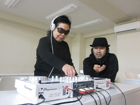 DJ TSUYOSHIさんの指導を受ける「DJ SUMIROCK」こと岩室純子さん