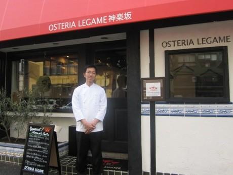 大久保通り沿いにオープンした「OSTERIA LEGAME 神楽坂」(写真=オーナーシェフの蒲生弘明さん)