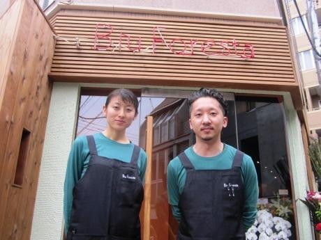 イタリアンバール「Blu Foresta」の中野陽太郎店長(右)とスタッフ
