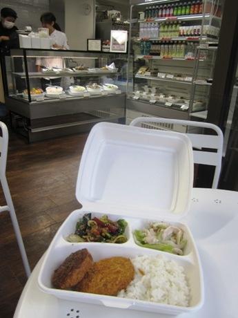 四ツ谷にデリと弁当の店「kitchen by manhattan Deli」がオープン(画像=選べる楽しさが売りの「デリコンボ」)