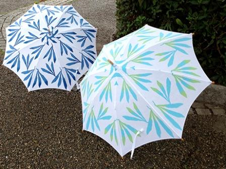 伊藤さんが展示会に合わせてデザインした生地(注染染め)が使われた日傘