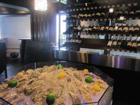 神楽坂に新店「牡蠣屋バル」がオープン(画像=イミテーションのカキを並べた大きなアイスベッドとワインセラーを配置した店の入り口)