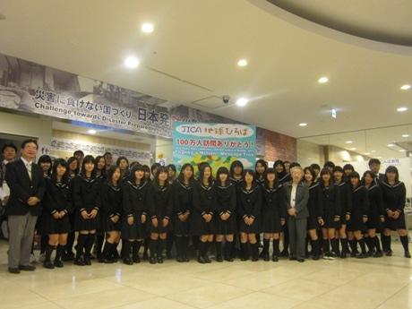 群馬県立桐生女子高等学校の1年生30人と引率の田中隆志教諭の来館で100万人を突破した「JICA地球ひろば」