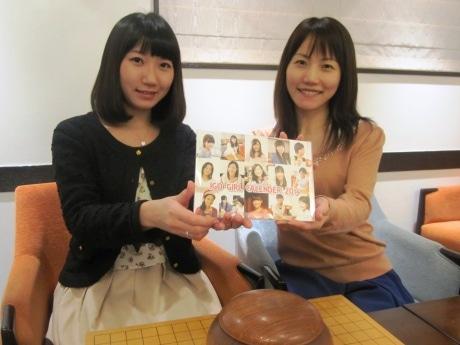 カレンダーに登場する囲碁インストラクターの大沢摩耶さん(右)と大森陽奈子さん(左)