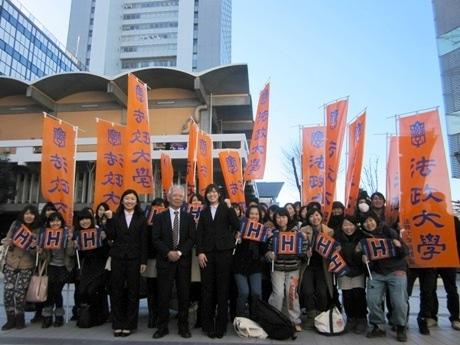 法政大学でアイスホッケー女子日本代表に選ばれた鈴木世奈さん(中央右)と床亜矢可さん(同左)の壮行会を開催
