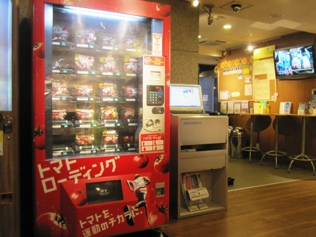 JOGLISに東京マラソン当日までの期間限定で設置された「トマトの自動販売機」