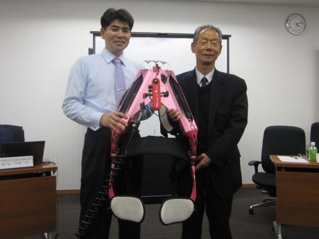 「イノフィス」を創立した菊池製作所の菊池功社長と東京理科大学工学部第一部機械工学科の小林宏教授