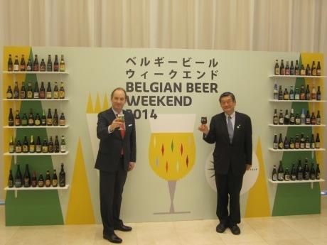 駐日ベルギー王国大使館で開催された「ベルギービールウィークエンド2014」メディアブリーフィング&テイスティングに出席したリュック・リーバウト駐日ベルギー王国大使(左)と小西新太郎実行委員長