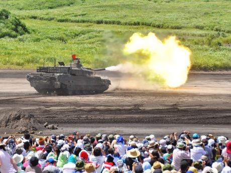 自衛隊の人気イベント「富士総合火力演習」の観覧希望者を募集(画像=演習の様子、陸上自衛隊提供)