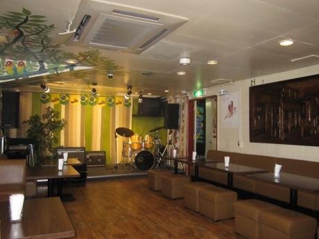 四ツ谷のブラジル音楽と料理の老舗店「サッシペレレ」。店内のステージでは1日3回(金曜は4回)のライブが繰り広げられる