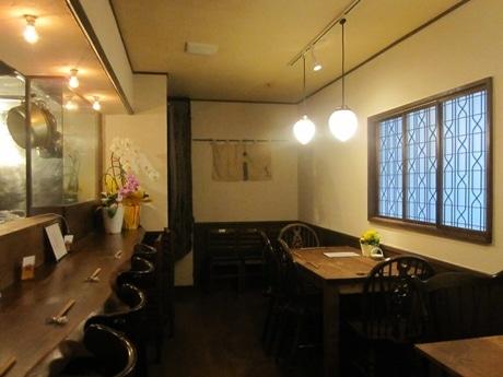 四谷荒木町の野崎ビル2階にオープンした日本酒の店「宵のま」店内