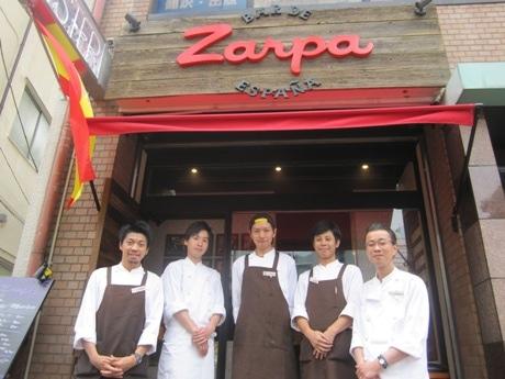 飯田橋にオープンしたオイスター&スペインバル「Zarpa(サルパ)」オーナーの杉本誠さん(右)とスタッフ
