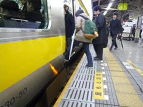 JR飯田橋駅のホームと車両(扉)との隙間の現状