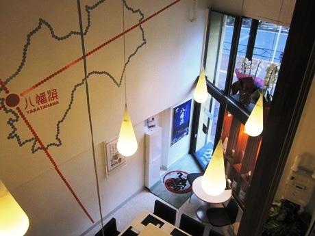 四谷四丁目にオープンした八幡浜ちゃんぽん専門店「莢(さや)」(画像=吹き抜けで開放感のある店内)