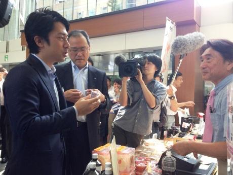 「KDDI復興支援マルシェ」の視察に訪れた小泉進次郎復興大臣政務官