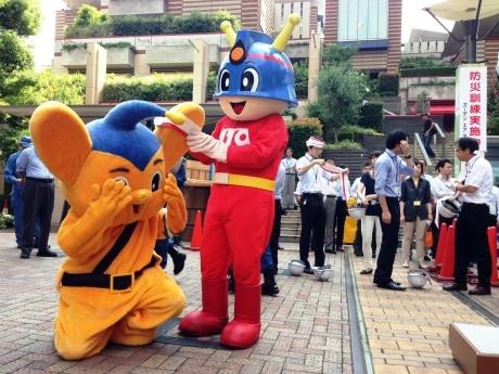 飯田橋・アイガーデンエアでの防災イベントで応急救護訓練を行う警視庁キャラクター「ピーポくん」と東京消防庁キャラクター「キュータ」