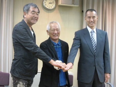 記者会見に出席した(右から)佐藤隆信新潮社社長、鈴木陸三サザビーリーグ会長、建築家・隈研吾さん