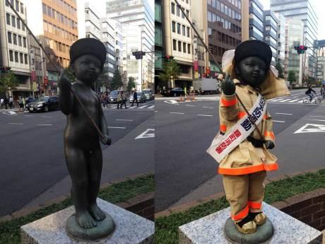 裸の状態(左)からレスキュー服を身にまとったブロンズ像(右)