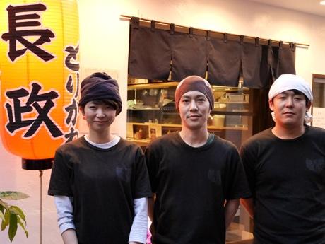 長岡友希店長(中央)と同店スタッフ
