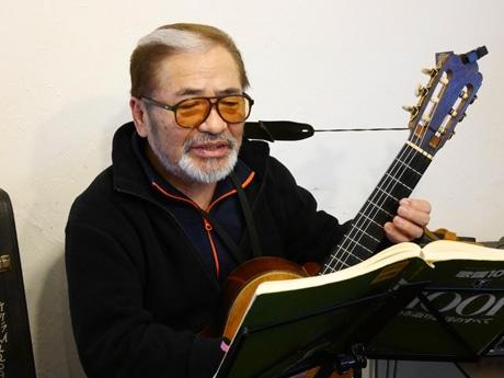 昼間のカフェで演奏する新太郎さん。夜とは違うカジュアルなスタイル