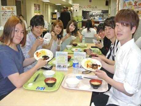 「100円朝食」を楽しむテニスサークルのメンバー