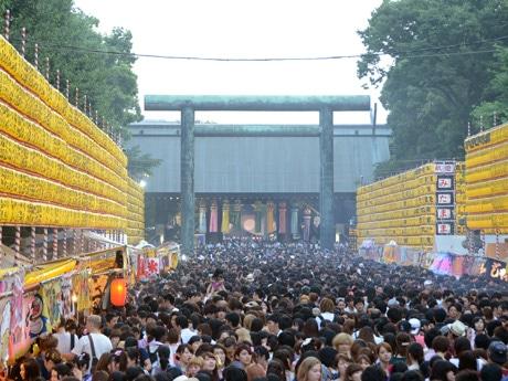 毎年30万人の参拝者が集まる同祭り