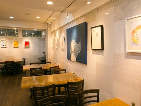 店内の様子。現在展示されているのは上野ここさんの作品