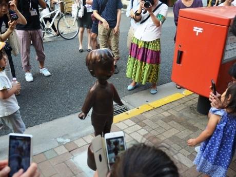 神楽坂に設置されたコボちゃん銅像