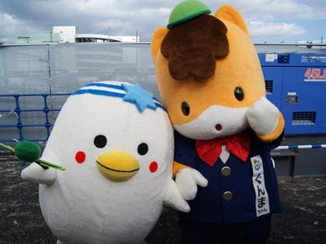 シャロウムちゃん(左)と「ぐんまちゃん」(2014年ゆるキャラグランプリの様子)