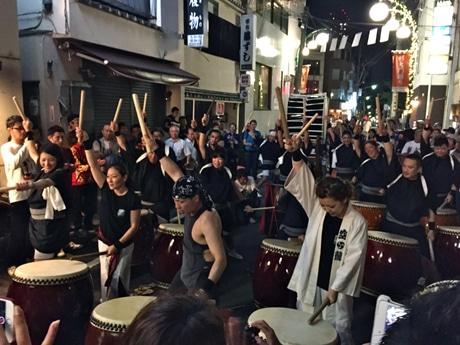 杉大門通り盆踊りのラストを飾った「荒魂」のパフォーマンス。観客からは大きな拍手と「アンコール!」の声も